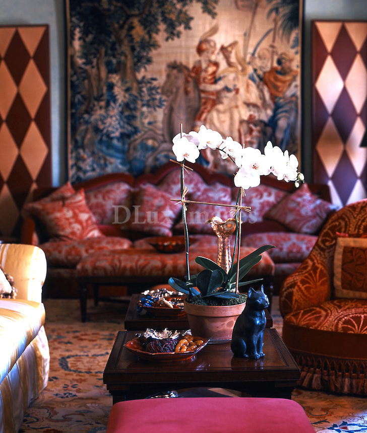 Kaliopi Karella's apartment is located on 72nd street in Manhattan in New York which combines a European elegance with a combination of Baroque and ethnic styles.