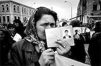En tsjetsjensk kvinne viser pass og bilder av sine savnede sønner. Hun protestere sammen med andre kvinner som alle hadde mannlige slektinger som enten var forsvunnet eller arrestert. Kvinnene protesterte pa? den internasjonale kvinnedagen, som under Sovjet-tiden var en offentlig helligdag for a? hedre de russiske kvinnenene.....
