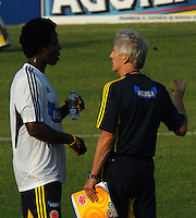 BARRANQUILLA, COLOMBIA - 19-03-2013: José Pekerman (Der.) entrenador de la Selección Colombia da instrucciones a Carlos Sanchez (Izq.) durante entreno en Barranquilla, marzo 19 de 2103. El equipo colombiano se prepara en Barranquilla para los partidos contra Bolivia el 22 de marzo y Venezuela el 26 de marzo, partidos clasificatorios a la Copa Mundial de la FIFA Brasil 2014. (Foto: VizzorImage / Luis Ramírez / Staff). Jose Pekerman (R), coach of the Colombian national team gives instructions to Carlos Sanchez (L) player of the Colombian national team during a training session in Barranquilla on March 19, 2012. The Colombia team prepares for the games against Bolivia next March 23 and Venezuela on March 26, matchs qualifying for the FIFA World cup Brazil 2014. (Photo: VizzorImage / Luis Ramirez/ Staff).