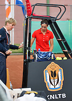 13-08-13, Netherlands, Raalte,  TV Ramele, Tennis, NRTK 2013, National Ranking Tennis Champ,  Rosalie van de Hoek receives new balls<br />