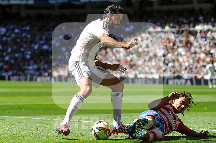 Real Madrid´s Alvaro Arbeloa and Granada´s Manuel Iturra during 2014-15 La Liga match between Real Madrid and Granada at Santiago Bernabeu stadium in Madrid, Spain. April 05, 2015. (ALTERPHOTOS/Luis Fernandez)