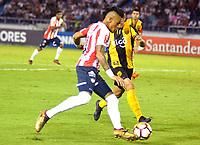 BARRANQUIILLA - COLOMBIA, 15-02-2018: Jonatan Alvez Sagar (Izq) del Atlético Junior de Colombia disputa el balón con Miguel Benitez (Der) jugador de Guaraní de Paraguay durante partido de ida por la tercera fase, llave 4, de la Copa CONMEBOL Libertadores 2018  jugado en el estadio Metropolitano Roberto Meléndez de la ciudad de Barranquilla. / Jonatan Alvez Sagar (L) player of Atlético Junior of Colombia struggles the ball with Miguel Benitez (R) player of Guarani of Paraguay during first leg match for the third phase, key 4, of the Copa CONMEBOL Libertadores 2018 played at Metropolitano Roberto Melendez stadium in Barranquilla city.  Photo: VizzorImage/ Alfonso Cervantes / Cont