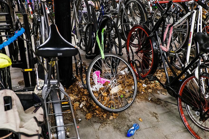 Nederland, Driebergen, 4 juni 2015 <br /> Fietswiel met slot in fietsenstalling. Wie alleen het voorwiel op slot zet, loopt het risico dat de rest van de fiets gestolen wordt. <br /> Foto: Michiel Wijnbergh