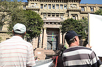 SAO PAULO, 27 DE JUNHO DE 2012 - MANIFESTACAO AMBULANTES - Ambulantes de Sao Paulo aguardam decisao prevista para hoje do Tribunal de Justica com relacao a medida da prefietura que os impediu de trabalhar. Na praca da Se, regiao central da capital, na manha desta quarta feira. FOTO: ALEXANDRE MOREIRA - BRAZIL PHOTO PRESS