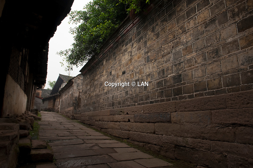 Daytime landscape view of a traditional siheyuan wall in a hútòng in Lizhuang old town in the Yíbīn county Cuiping District in Sichuan Province.  © LAN
