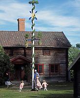 Sweden, Province Dalarnas laen, Leksand: Midsummer, young girls dancing around the midsummer pole | Schweden, Provinz Dalarnas laen, Leksand: Mittsommerfest, kleine Maedchen tanzen um den Mittsommerbaum