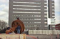 milano, quartiere bicocca, periferia nord. un ingranaggio - monumento ricorda il passato industriale del quartiere --- milan, bicocca district, north periphery. a gear - monument reminds of the industrial past of the district