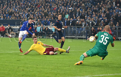 22.10.2015. Gelsenkirchen, Germany. UEFA Europa League football. FC Schalke versus Sparta Prague.   Pierre Emile Hojbjerg (Schalke 04) and keeper David Bicik (Sparta Prag)