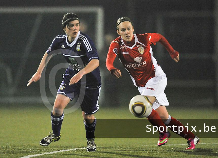 RSC Anderlecht - Standard Femina : duel tussen Julie Gregoire en Annelies Van Loock (links).foto DAVID CATRY / Vrouwenteam.be