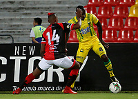 BUCARAMANGA - COLOMBIA, 11-08-2019: Marvin Vallecilla del Bucaramanga disputa el balón con James Castro del Cucuta durante partido por la fecha 5 de la Liga Águila II 2019 entre Atlético Bucaramanga y Cúcuta Deportivo jugado en el estadio Alfonso Lopez de la ciudad de Bucaramanga. / Marvin Vallecilla of Bucaramanga fights for the ball with James Castro of Cucuta during match for the date 5 of the Liga Aguila II 2019 between Atletico Bucaramanga and Cucuta Deportivo played at the Alfonso Lopez stadium of Bucaramanga city. Photo: VizzorImage / Oscar Martinez / Cont