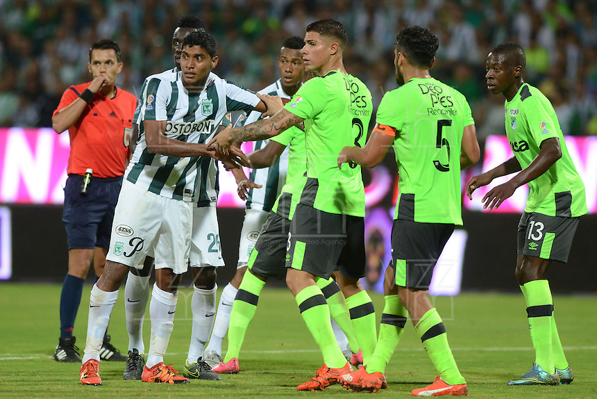 MEDELLÍN -COLOMBIA-27-01-2016. Luis Carlos Ruiz (Izq) jugador de Atlético Nacional disputa el balón con Juan Quintero (Der) jugador del Deportivo Cali durante partido de vuelta por la Super Liga Aguila 2016 jugado en el estadio Atanasio Girardot de la ciudad de Medellín./ Luis Carlos Ruiz (L) player of Atletico Nacional  fights for the ball with Juan Quintero (R) player of Deportivo Cali during the second leg match for the Aguila Super League 2016 played at Atanasio Girardot stadium in Medellin city. Photo: VizzorImage/ Leon Monsalve / Str