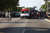 FOTO EMBARGADA PARA VEICULOS INTERNACIONAIS, SAO PAULO, SP, 20/10/2012, ACID. MOTO. Duas pessoas ficaram feridas na manha desse Sabado (20) em um acidente envolvendo uma motocicleta na Av Rubem Berta. Devido a gravidade dos ferimentos uma das vitimas teve de ser socorrida pelo helicoptero Aguia da Policia Militar.  Luiz Guarnieri/ Brazil Photo Press