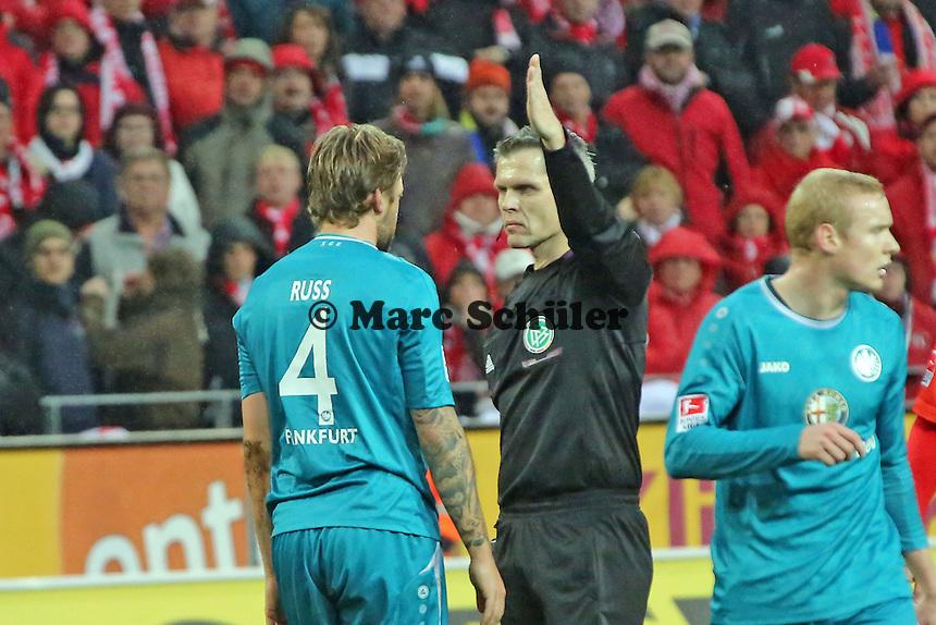 Marco Russ (Eintracht) mit Schiedsrichter Michael Weiner - 1. FSV Mainz 05 vs. Eintracht Frankfurt, Coface Arena, 12. Spieltag