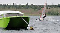 Surfen vor der Lössen. oder dort, wo einst der Ort stand.....Wassersport am  und im Schladitzer See. Mittlerweile hat sich der ehemalige Tagebau zu einem Mini-Mekka für Surfer, Kite-Surfer, Katamaranfahrer, Segler und Schwimmer entwickelt. Wenn die Windstärke es erlaubt sind 20 bis 30 Neoprenträger keine Seltenheit im und auf dem kühlen Nass. Foto: Alexander Bley .Tel:0163/2494221.AlexBley@gmx.de