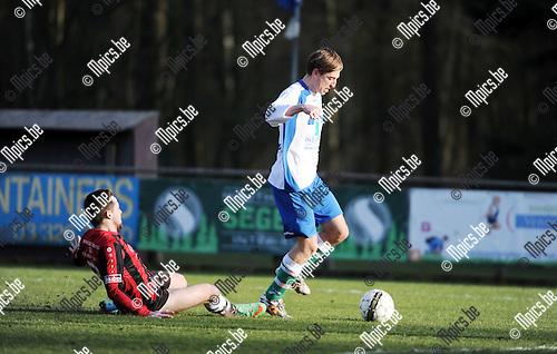 2016-02-28 / Voetbal / Seizoen 2015-2016 /  s Gravenwezel-Schilde - Verbroedering Zwijndrecht / Tom Van Britsom (Zwijndrecht) gaat alleen op het doel af.<br /><br />Foto: Mpics.be