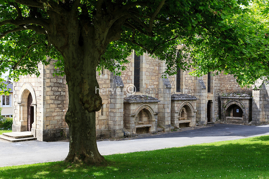 France, Corrèze (19), Ayen, l'église à enfeus ou niches funéraires à l'extérieur // France, Correze, Ayen, the church with enfeu (funeral niche)