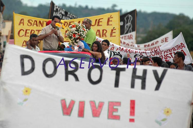O corpo da mission&aacute;ria americana chega  de  Altamira  para  ser lenterrado em Anap&uacute;. .<br /> Anap&uacute;, Par&aacute;, Brasil<br /> 14/02/2005<br /> Foto Paulo Santos