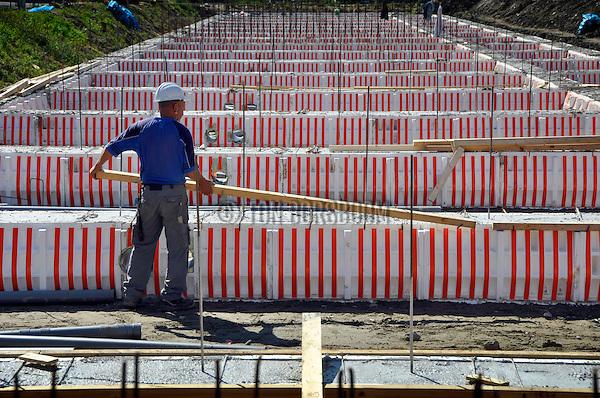 UTRECHT - Met hulp van EPS funderingsbekisting (de Powerkist van Isobouw) zijn medewerkers van bouwcombinatie Plegt-Vos/Sprangers eindelijk begonnen met de opbouw van woningbouwproject Binnenhof in Utrecht. In de eerste fase van het nieuwbouwplan zijn in opdracht van woningcorporatie Mitros Wonen 135 woningen opgenomen. Het project heeft de afgelopen jaren vertraging opgelopen omdat ondermeer één van de initiatiefnemers afzag van de nieuwbouwplannen, de bewoners en de gemeente het niet eens konden worden over de verkeersafwikkeling en omdat er nieuwe bouwers gevonden moesten worden. De opdrachtgevers verwacht dat de stadswoningen een dorps karakter krijgen waarbij 'de architectuur zich kenmerkt door rood metselwerk, mooie details, grote raampartijen en een prettige lichtinval.' In totaal moeten er 270 koop- en huurwoningen verrijzen. COPYRIGHT TON BORSBOOM