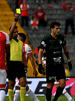 BOGOTÁ-COLOMBIA, 24-11-2019: Nicolás Gallo, árbitro muestra tarjeta amarilla a Juan Dinenno de Deportivo Cali, durante partido de la fecha 5 de los cuadrangulares semifinales entre Independiente Santa Fe y Deportivo Cali, por la Liga Águila II 2019, jugado en el estadio Nemesio Camacho El Campín de la ciudad de Bogotá. / Nicolas Gallo, referee shows yellow card to Juan Dinenno of Deportivo Cali,  during a match of the 5th date of the quarter semifinals between Independiente Santa Fe and Deportivo Cali, for the Aguila Leguaje II 2019 played at the Nemesio Camacho El Campin Stadium in Bogota city. / Photo: VizzorImage / Luis Ramírez / Staff.