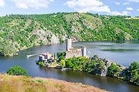 France, Loire (42), Saint-Just-Saint-Rambert, lac de Grangent, l'île et château de Grangent