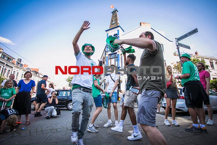 im Bild: Jubel / im Viertel in und um die Gaststätte Wirtshaus feiern Fans des SV Werder das Erreichen der Relegation,<br /><br />Sport: nphgm001: Fussball: 1. Bundesliga: Saison 19/20: 34. Spieltag: SV Werder Bremen vs 1.FC Koeln 27.06.2020 <br /><br />Foto: Rauch/gumzmedia/nordphoto<br /><br />EDITORIAL USE ONLY