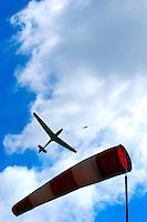 4415/Cumulus:DEUTSCHLAND, HAMBURG,  11.05.2005:Segelflug, Segelflugzeug, Windenstart, Windsack, Windrichtung, Windstaercke,  gegen den Wind,Wolken, Cumuls, Aprilwetter