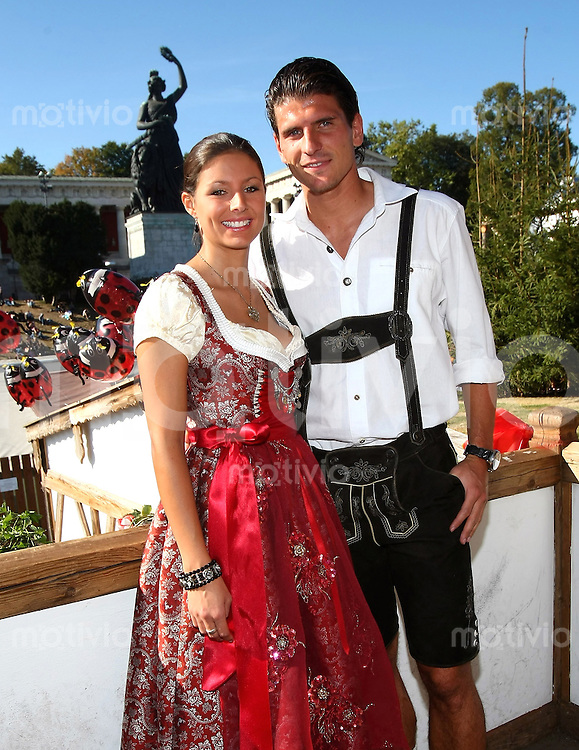 FUSSBALL   1. BUNDESLIGA   SAISON 2009/2010    Die Mannschaft des FC Bayern Muenchen besucht das Oktoberfest am 04.10.2009 Mario Gomez mit Freundin Silvia Meichel
