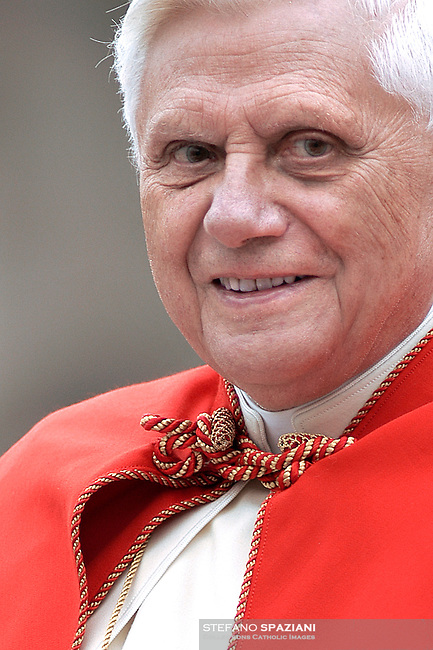 Pope Benedict XVI  audience general  in Saint Peter's Square at the Vatican .November 30, 2005... December. 25, 2007.. .