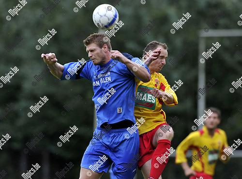 2010-08-25 / Voetbal / seizoen 2010-2011 / Bornem - Kapellen / Wesley Geuens (L, Kapellen) met Ghyselinck..Foto: Mpics