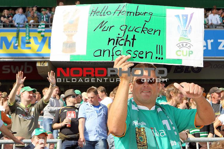 FBL 2008/2009 31. Spieltag RŁckrunde<br /> 10.05.2009 Werder Bremen - Hamburger SV (HSV)<br /> Weserstadion Bremen<br /> <br /> Ein Fan h&scaron;lt ein Plakat in die Luft. Hallo Hamburg, Nur gucken, nicht anfassen. Uefa Cup und DFB Pokal.<br /> <br /> Foto &copy; nph (  nordphoto  ) *** Local Caption ***