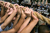 Promesseiros levantam a corda em homenagem a Nossa Senhora de Nazar&eacute;. O C&iacute;rio ocorre a mais de 200 anos em Bel&eacute;m e as estimativas s&atilde;o de que mais de 1.500.000 pessoas acompanhem &agrave; prociss&atilde;o.<br />Bel&eacute;m-Par&aacute;-Brasil<br />12/10/2003<br />&copy;Foto: Paulo Santos/Interfoto<br />Digital