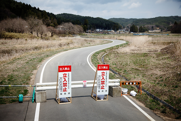 Kawauchi, April 26th 2011 - .(Eng)  A roadblock at the enter of the evacuation zone prevents the access to the village...(fr)  Une barrière a la limite des 20km bloque l'acces a une partie du village.