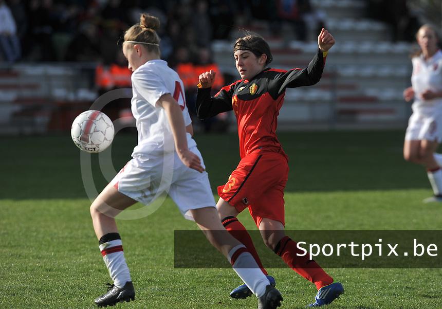 UEFA Women's Under 17 Championship - Second Qualifying round - group 1 : Belgium - England : .Noemie Gelders probeert Leah Cathrine Williamson te storen.foto DAVID CATRY / Vrouwenteam.be