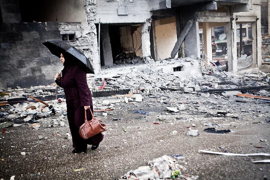 """The impact of a shelling destroyed a part of a building in South Aleppo 15 minutes ago but for the civilians, it seems to becomes a common """"event"""". .L'impact d'un obus a détruit une partie d'un bâtiment dans le sud d'Alep il ya 15 minutes, mais pour les civils, il semble que cela  devient un «événement» habituel."""