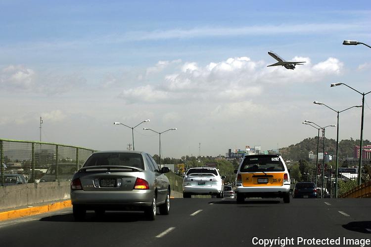 Un avion despega del aeropuerto Internacional Benito Juarez de la Ciudad de Mexico. Photo by Heriberto Rodriguez