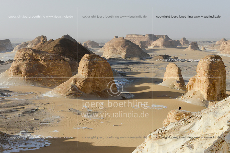 EGYPT, Farafra, Nationalpark White Desert, Naqb As Sillim - Pass of the Stairs / AEGYPTEN, Farafra, Nationalpark Weisse Wueste, durch Wind und Sand geformte Kalkfelsen