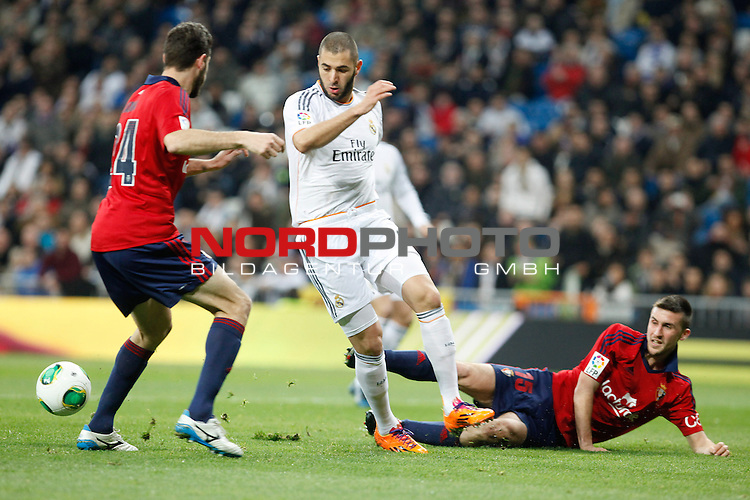 Real Madrid¬¥s Benzema (C) and Osasuna¬¥s Oier (R) during King¬¥s Cup match in Santiago Bernabeu stadium in Madrid, Spain. January 09, 2014. Foto © nph / Victor Blanco)