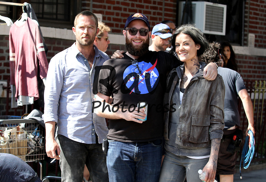 Jamie Alexander y Sullivan Stapleton en el rodaje de &quot; Blindspot &quot;.<br /> <br /> New York City - July 17, 2015<br /> <br /> Jamie Alexander and Sullivan Stapleton filming the aftermath of an explosion for their upcoming TV show<br /> <br /> &quot; Blindspot &quot; filming in the borough of Queens, NY. Jamie's stunt double Ky Furneaux can be seen posing with her.  Also the TV show's producer can be seen posing alongside both stars.