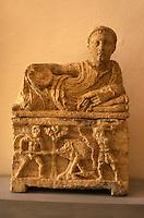 Italien, Toskana, San Gimignano, archaeologisches Museum, etruskische Urne 2.Jh. vor christus