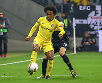 Willian (Chelsea FC) gegen David Abraham (Eintracht Frankfurt) - 02.05.2019: Eintracht Frankfurt vs. Chelsea FC London, UEFA Europa League, Halbfinale Hinspiel, Commerzbank Arena DISCLAIMER: DFL regulations prohibit any use of photographs as image sequences and/or quasi-video.