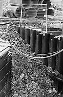 Berlino, quartiere Mitte. Cantiere per la ricostruzione del Berliner Schloss (Castello di Berlino). Sassi e tubi per condutture --- Berlin, Mitte district. Yard for the reconstruction of the Berliner Stadtschloss (Berlin Palace). Stones and pipes