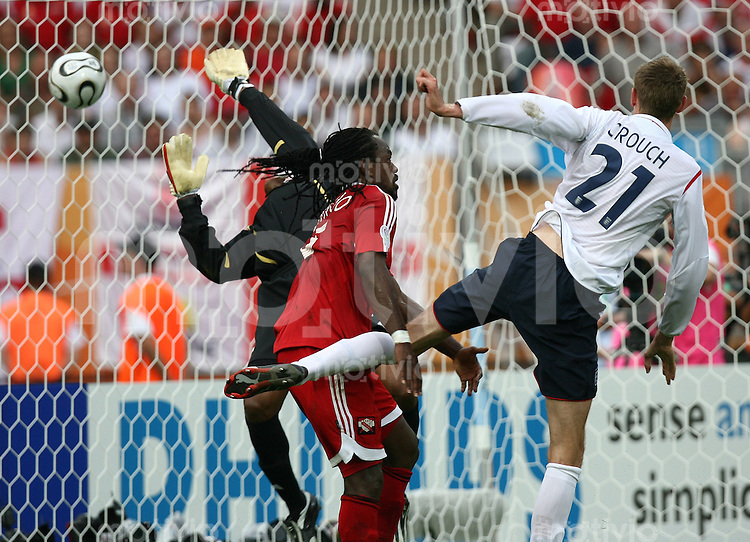 Fussball WM 2006  Gruppenspiel  Vorrunde England - Trinidad & Tobago  Peter Crouch (ENG Nr. 21) erzielt das Tor zum 1:0; Brent Sancho (Mitte) und Shaka Hislop (links beide T&&) sind ohne Chane