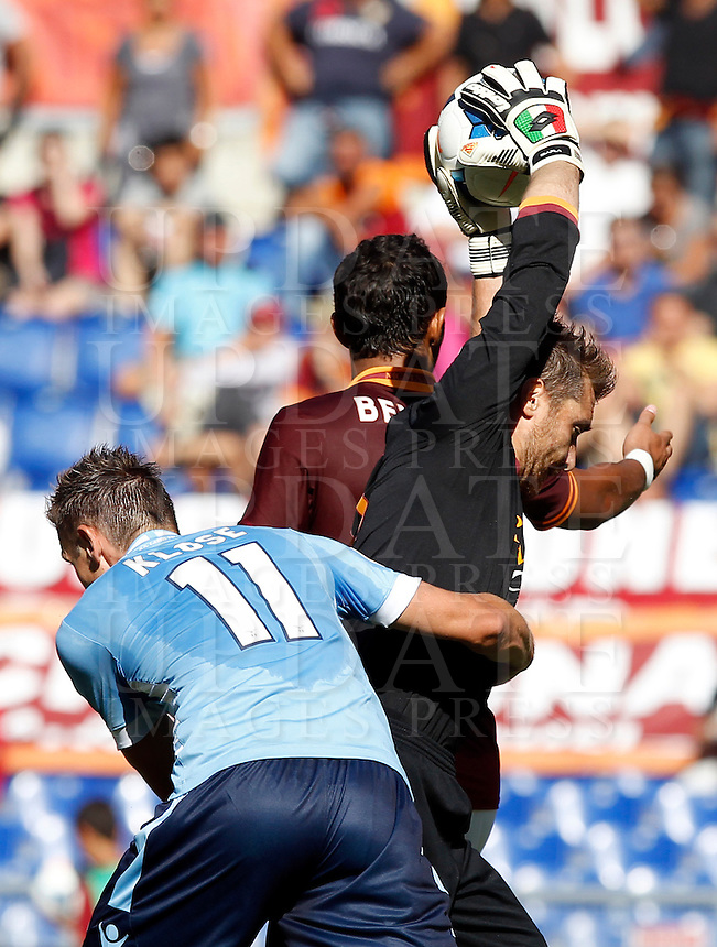 Calcio, Serie A: Roma vs Lazio. Roma, stadio Olimpico, 22 settembre 2013.<br /> AS Roma goalkeeper Morgan De Sanctis, right, grabs the ball past Lazio forward Miroslav Klose, of Germany, left, and AS Roma defender Mehdi Benatia, of France, right, during the Italian Serie A football match between AS Roma and Lazio, at Rome's Olympic stadium, 22 September 2013.<br /> UPDATE IMAGES PRESS/Isabella Bonotto