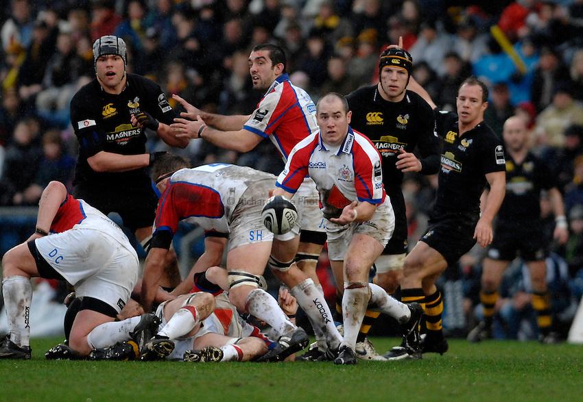 Photo: Richard Lane..London Wasps v Bristol Rugby. Guinness Premiership. 04/03/2007. .Bristol's Shaun Perry passes.