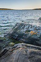Klippa på Gålö i Stockholms skärgård med havets horisont.