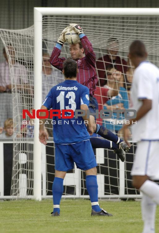 RLN 2006/2007 - 4.Spieltag Hinrunde BSV Kickers Emden - Hertha BSC II<br /> Kickers Torwart Sven Hoffmeister h&scaron;lt den Ball, direkt davor Michael KŁmmerle<br /> <br /> Foto &copy; nordphoto