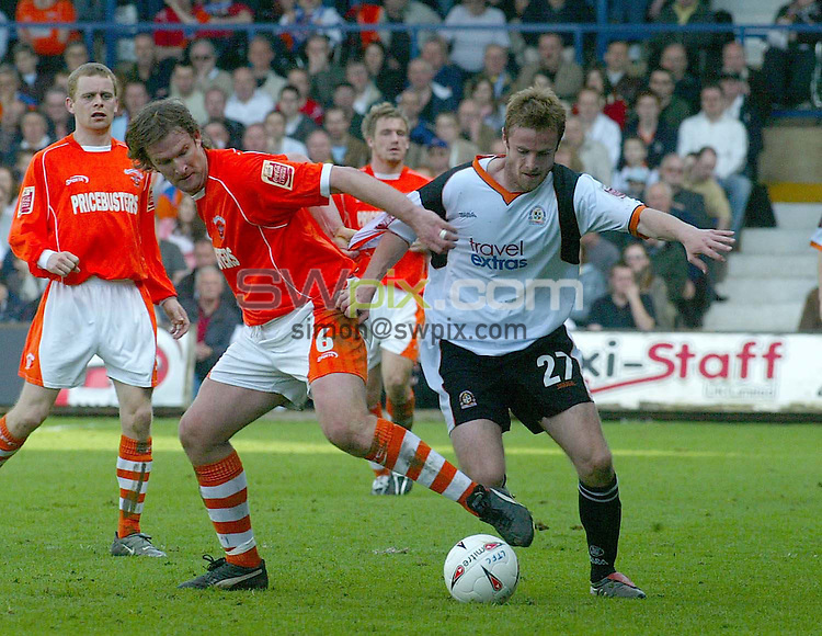 PIX: Danny Martindale/SWPix.com .. Coca Cola League One. 02 04.2005. ... Luton Town v Blackpool...COPYRIGHT PICTURE>>SIMON WILKINSON>>01943 608782>>..Simon Grayson (Blackpool) and Peter Holmes battle it out