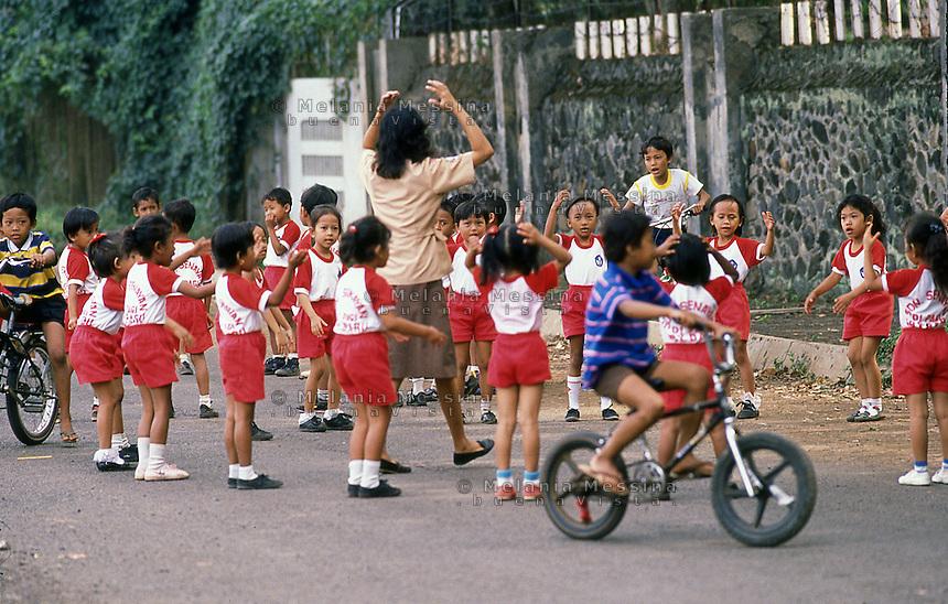 Indonesia, Java island:exercise classes in the street of Yogyakarta.<br /> Indonesia, Giava: lezioni di ginnastica all'aperto a Yogyakarta..