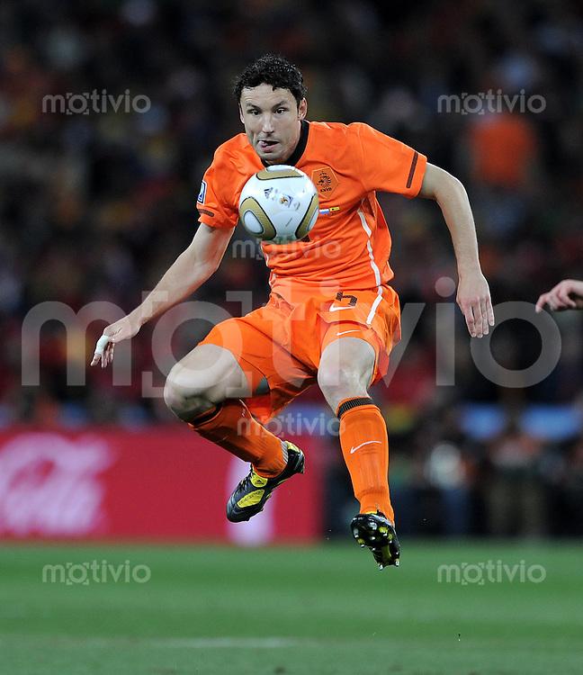FUSSBALL WM 2010  FINALE   11.07.2010 Holland - Spanien Mark VAN BOMMEL (Holland)