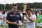 29.07.2017, Fritz Detmar Stadion, Lohne, GER, FSP SV Werder Bremen (GER) vs WestHam United (ENG), <br /> <br /> im Bild<br /> Thomas Delaney (Werder Bremen #6) erhaelt den Pokal aus der HAND VOM 1. VORSITZENDEN DES Gastgegenden verein BW L ohne<br /> <br /> <br /> Foto © nordphoto / Kokenge